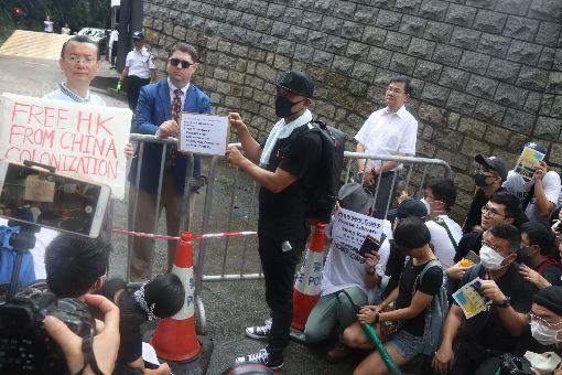 港人請願 籲撤回逃犯條例(3)數百港人26日赴G20駐港總領事館請願,要求G20國家向中國大陸施壓,撤回香港逃犯條例草案並調查警察過度使用武力的問題。圖為美國總領事館派出代表接受寫給美國總統川普的請願信。中央社記者張謙香港攝  108年6月26日