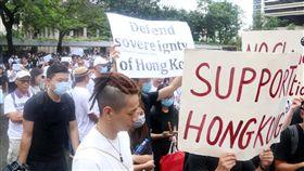 港人請願 籲撤回逃犯條例(1)數百香港市民26日赴G20駐港總領事館請願,要求G20國家領導人向即將出席20國集團峰會的中國國家主席習近平施壓,撤回逃犯條例草案並調查警察過度使用武力的問題。中央社記者張謙香港攝 108年6月26日