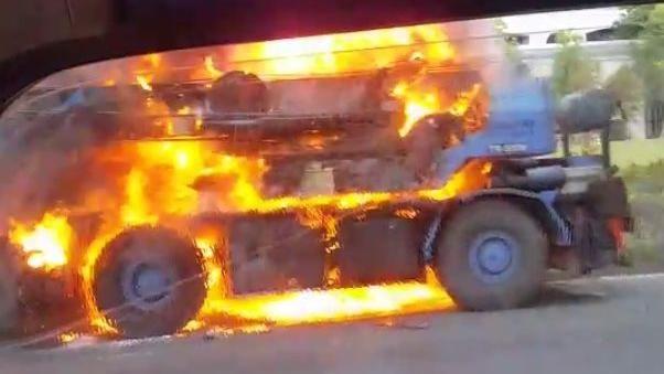 大型吊車突「燒毀」 整台車燒紅超駭人 濃煙竄上20層樓