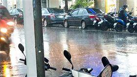 (圖/翻攝自爆廢公社)下雨,雨天,騎士,機車,雨衣