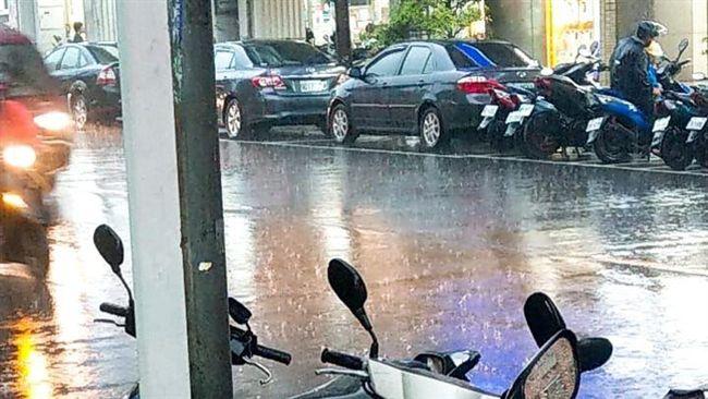 雨天順手助路邊阿婆!他讓出唯一的雨衣…卻因嬤一句話心碎