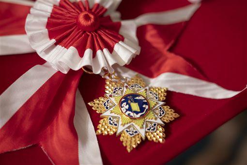 蔡英文總統26日上午頒授參謀總長李喜明一等雲麾勳章。(圖/總統府提供)