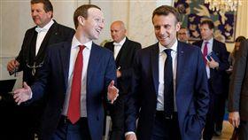 法國成全球首例 臉書同意交出仇恨言論用戶資料 社群巨擘臉書創辦人祖克柏(前左)與法國總統馬克宏(前右)數度會面後,臉書同意交出發布仇恨言論的法國用戶身分資料給法官,這也是全球首例。(圖/翻攝自Mark Zuckerberg臉書)