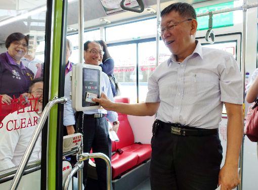 柯文哲搭公車回北市府7月1日起,搭乘雙北公車必須上下車都刷卡。台北市長柯文哲(右)26日上午與中正區里長座談,結束後直接搭乘公車回台北市政府。中央社記者梁珮綺攝  108年6月26日