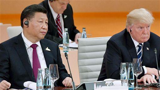 美中兩強較量 川習關係受矚目美國總統川普(右)入主白宮後,不時在涉台、北韓、南海等領域挑戰北京,使中美關係前景充滿變數。圖為川普與中國國家主席習近平(左)7月在德國漢堡出席20國集團(G20)峰會。(共同社資料照片)中央社 106年10月6日