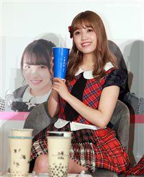 AKB48成員加藤玲奈品嚐十種珍珠奶茶。(記者邱榮吉/攝影)