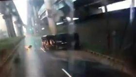 雨天積水馬路殺手 小貨車