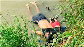 心碎照片!薩爾瓦多父抱2歲女偷渡越河 緊擁溺斃(圖/美聯社/達志影像)