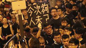 香港反送中再起 遊行人潮持續至夜間未散香港泛民主派團體民間人權陣線16日再次發起反修訂逃犯條例大遊行,遊行一直持續到深夜,有民眾自製標語怒嗆政府小看抗議人潮。中央社記者裴禛香港攝 108年6月16日