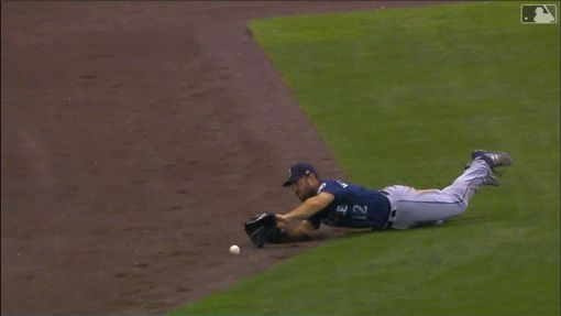 ▲水手左外野手威廉森(Mac Williamson)撲接沒撲到,球滾到全壘打牆邊變場內全壘打。(圖/翻攝自MLB官網)
