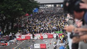 香港反送中 警施放催淚彈驅離現場凌亂香港12日有大批民眾聚集在立法會外並占領金鐘主要幹道抗議逃犯條例修訂;下午近4時,香港警方施放催淚彈驅離部分民眾,場面一度混亂,地面上散落著雨傘、安全帽等物品。中央社記者王飛華攝 108年6月12日