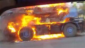 千萬吊車燒成廢鐵! 業者嗆員工:怎沒燒死
