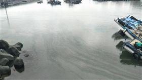 雲林口湖台子漁港漏油雲林縣口湖鄉台子村漁港漁船加油站24日發生漏油事件,環保局會同中油及六輕工業區油污染應變小組,迅即進行港區內油污清除,並採樣送驗,25日上午進行港區外採樣,以確認油污控制情況。(雲林縣環保局提供)中央社記者葉子綱傳真  108年6月25日