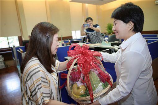 台中市長盧秀燕送水果給蘇貞昌/中市府提供