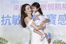 瑞莎與女兒Nika出席抗敏感沐浴乳品牌代言活動。(記者林士傑/攝影)