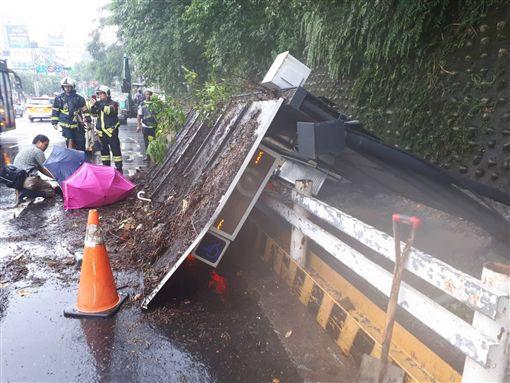 台北,內湖,公車候車亭,倒塌,方濟中學,星雲路,成功路三段。翻攝畫面