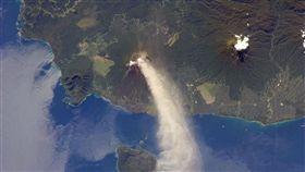 烏拉旺火山,火山,火山灰(圖/翻攝自NASA) https://earthobservatory.nasa.gov/images/79903/plume-rises-from-ulawun