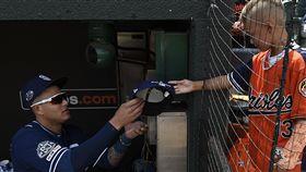 ▲馬查多(Manny Machado)賽前幫金鶯球迷簽名。(圖/美聯社/達志影像)