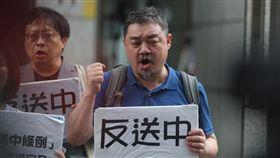 吾爾開希在台聲援反送中G20高峰會28日將在日本大阪舉行,在台港生與台灣民間組織等27日在台北的香港經貿辦事處外舉行記者會,呼籲各國領袖支持香港「反送中」,中國民運人士吾爾開希(前)也到場聲援。中央社記者徐肇昌攝  108年6月27日