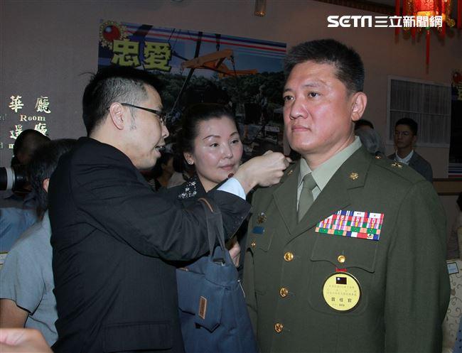 眷屬為晉升將官掛上階級。(記者邱榮吉/攝影)