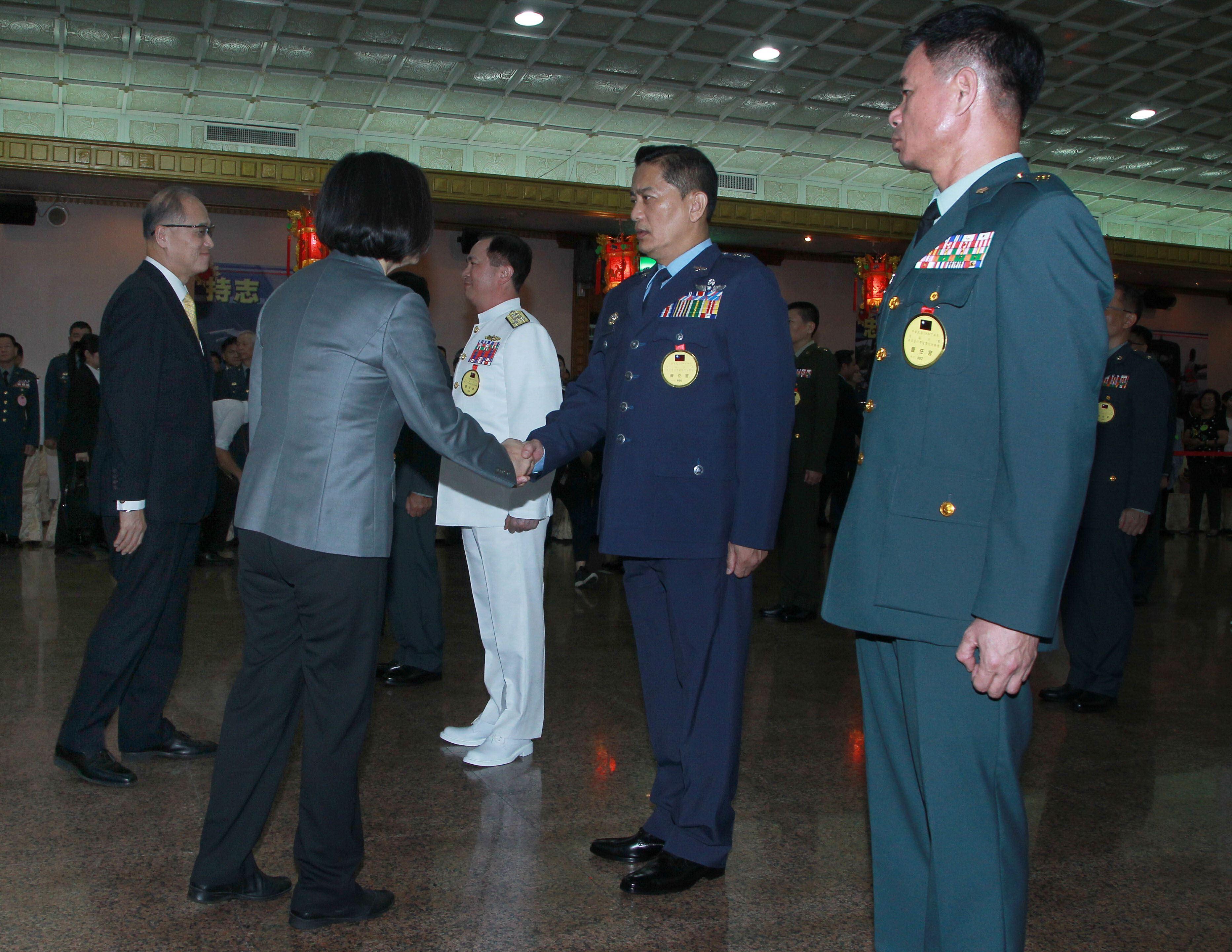 總統蔡英文出席「108年下半年陸海空軍將官晉任布達暨授階典禮」,並向晉升將官及家屬握手致意。(記者邱榮吉/攝影)