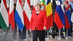 梅克爾抵達歐盟峰會 討論延後脫歐歐盟峰會今天登場,包括德國總理梅克爾等27成員國領袖齊聚,將討論是否同意英國延後至6月30日脫歐。中央社記者唐佩君布魯塞爾攝 108年3月21日