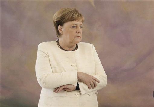 德國總理梅克爾與總統史坦麥爾會面時,被拍到身體顫抖,還試圖利用雙手交叉,防止自己晃動。圖/美聯社/達志影像