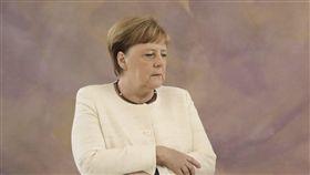 德國總理梅克爾與總統史坦麥爾會面時,被拍到身體顫抖,還試圖利用雙手交叉,防止自己晃動。 圖/美聯社/達志影像