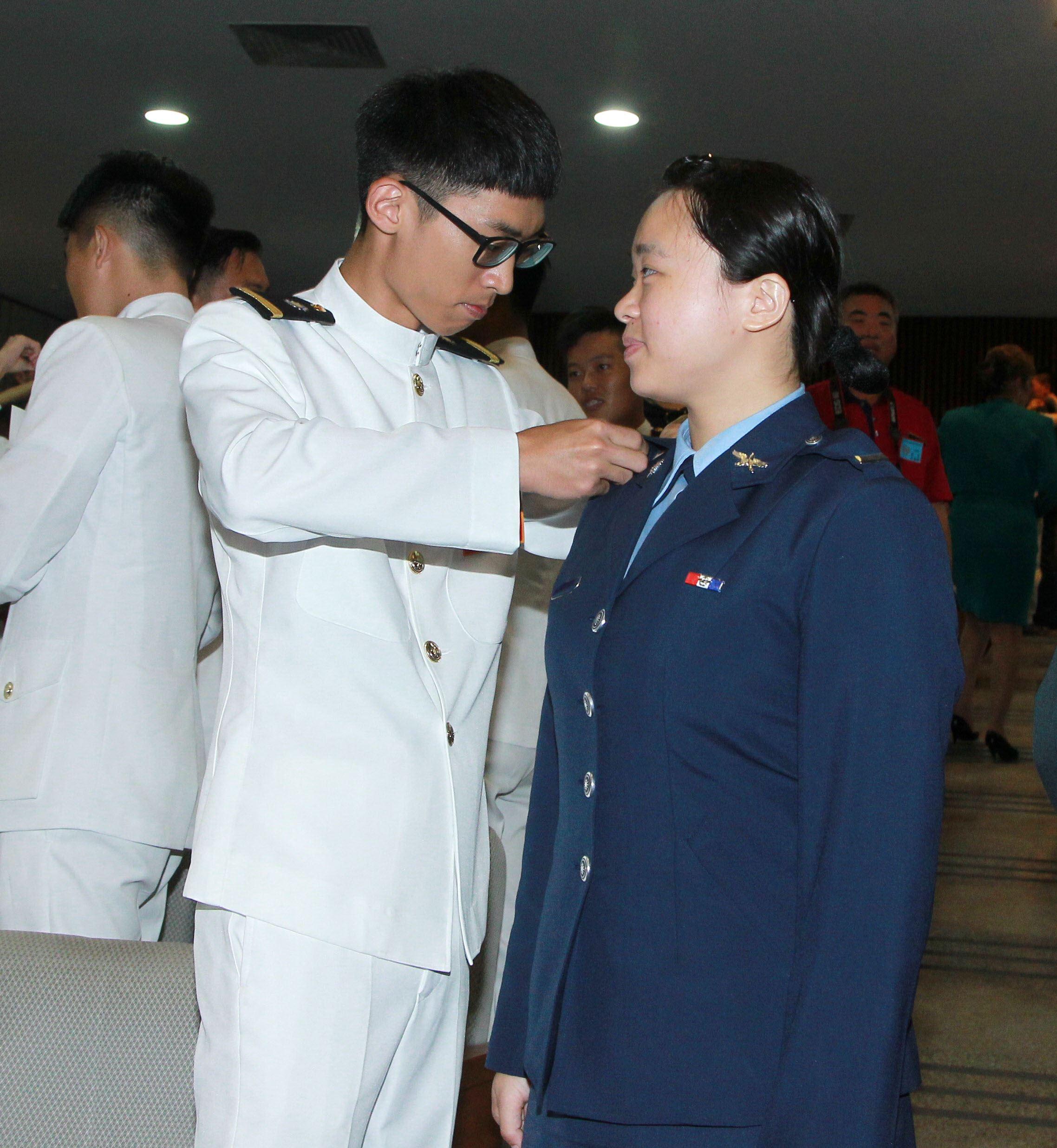 三軍六校院畢業典禮畢業生雖然不同軍種但有革命情感相互掛階。(記者邱榮吉/鳳山拍攝)