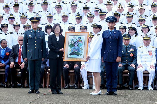 美術組學生代表贈送總統素描。(記者邱榮吉/鳳山拍攝)
