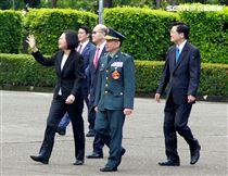 總統蔡英文向畢業生揮手、比讚。(記者邱榮吉/鳳山拍攝)