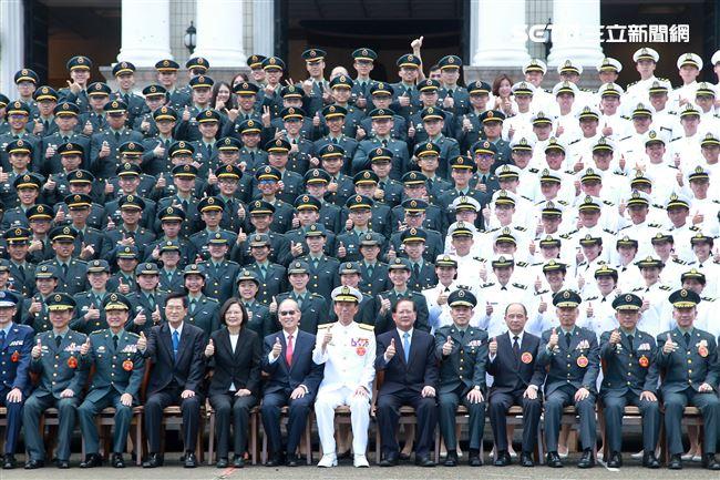 總統蔡英文、各軍種將官與三軍六校院畢業生合影。(記者邱榮吉/鳳山拍攝)