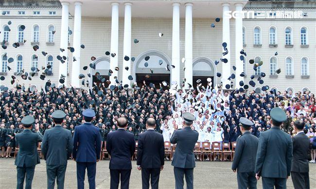 三軍六校院畢業生合影後把帽子往空中拋,慶祝自己將成為國軍優秀幹部。(記者邱榮吉/鳳山拍攝)