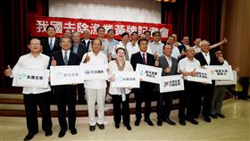 台灣遠洋漁業解除歐盟黃牌警告歐盟在2015年10月起對台灣遠洋漁業舉黃牌警告至今,懸在台灣遠洋漁業頭上的歐盟黃牌27日終於宣告摘除,農委會主委陳吉仲(前左5)晚間率相關人員出席記者會宣布這項好消息,中央社記者張皓安攝 108年6月27日