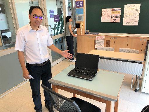指考台大特殊試場 提供考生申請電腦應試台灣大學教務長丁詩同(前)28日展示指考特殊試場電腦設備,提供自閉症、亞斯伯格等考生申請使用。中央社記者陳至中台北攝 108年6月28日