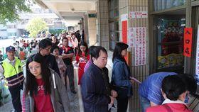民眾排隊投票(1)107年地方公職人員選舉及全國性公民投票案第7案至第16案24日投開票,不少投票所一早就出現排隊人潮。中央社記者吳家昇攝 107年11月24日