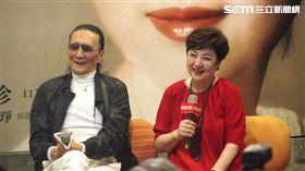 甄珍、謝賢台上合唱、相擁畫面感人。(圖/記者蕭翰弦攝影)