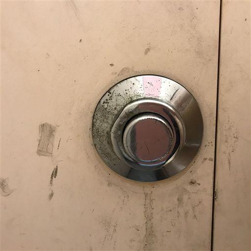 沖水按鈕,公共廁所,PTT 圖/翻攝自PTT