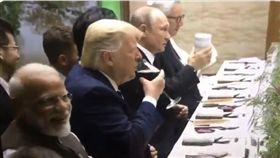 蒲亭G20拿保溫瓶和川普敬酒,影片掀網友熱議。(圖/翻攝自推特(Twitter)帳戶@DarthPutinKGB)