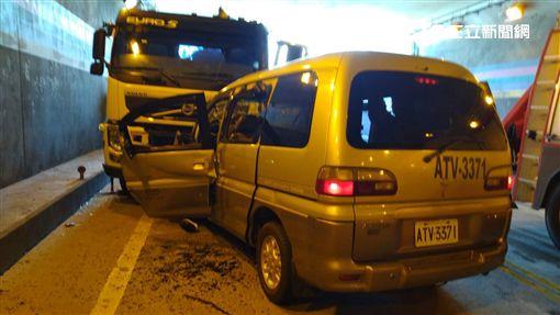 花蓮市海濱街隧道驚傳廂型車撞聯結車的死亡車禍(翻攝畫面)