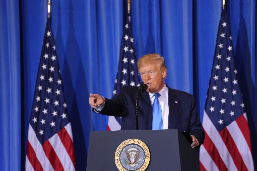 大阪G20峰會落幕 川普說美中暫不加徵新關稅美國總統川普29日在大阪20國集團(G20)峰會閉幕後舉行記者會,他表示與中國領導人習近平稍早在場邊舉行很棒的會談,雙方同意暫不加徵新關稅。中央社記者楊明珠大阪攝 108年6月29日