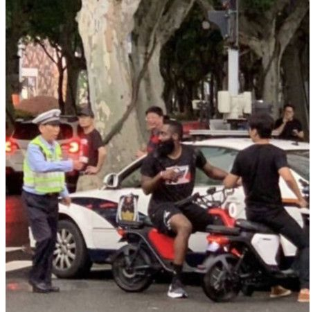 ▲大鬍子哈登被上海交警攔車開罰。(圖/翻攝自微博)