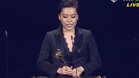 第30屆金曲獎/最佳台語女歌手獎/王彩樺、盧廣仲頒獎/江惠儀以《露螺》得到最佳女歌手。翻攝hamivideo