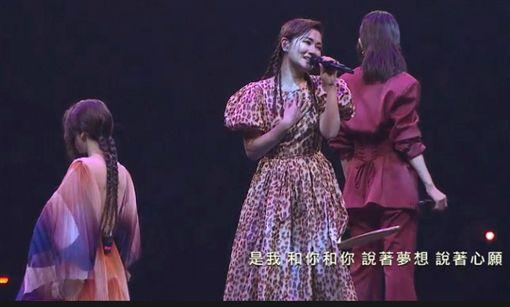 Selina喉嚨受傷卻唱Live現場惹網友心疼。(圖/翻攝自金曲獎官網)