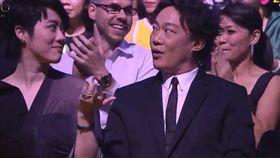 第30屆金曲獎/蕭敬騰頒獎/余佳倫、黃宣的《都市病 Urban Diseases》/最佳單曲製作人獎/最佳專輯製作人/陳奕迅。