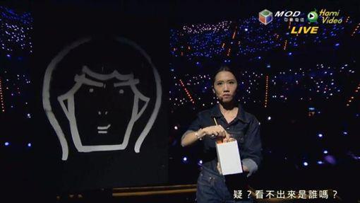Lulu向上一屆金曲主持蕭敬騰致敬,花三分鐘「倒著畫」。(圖/翻攝自金曲獎官網)