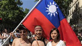 巴黎同志遊行  台灣人上街獲熱情回應旅居巴黎7年的謝誠(中)如往常在社群網站號召台灣人一起上街參與巴黎同志遊行。他舉著國旗,在群眾中相當醒目,不時有人上前攀談,或表達對台灣的支持。中央社記者曾依璇巴黎攝  108年6月30日