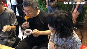 柯文哲吃芒果乾 圖/黃宣尹攝影