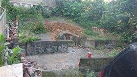 新北市中和區興南路祖墳遭人整座挖開。(圖/翻攝自PTT)