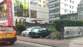 桃園市經國路有汽車停在墓地上方。(圖/翻攝自靈異公社)